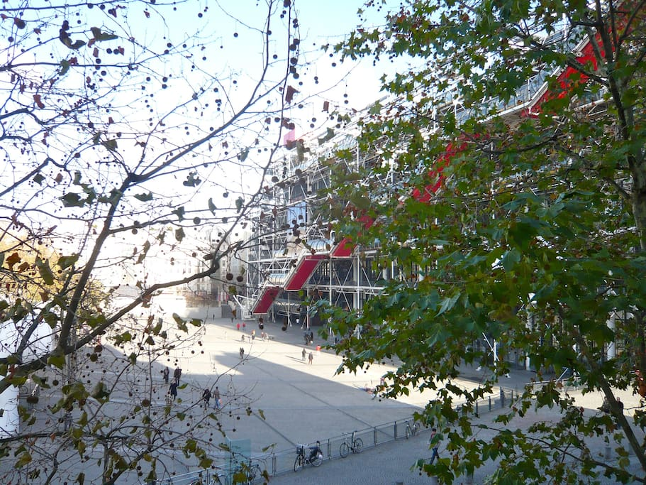 vue on the museum beaubourg, amazing construction