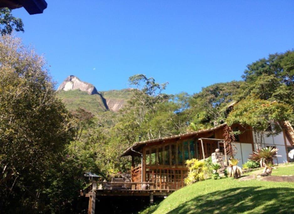 Vista da chegada, deck, níveis da casa e pedra da Maria Comprida.
