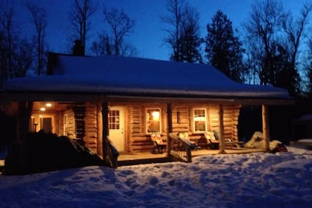 Storybook log cabin retreat on the river! - Luther - キャビン