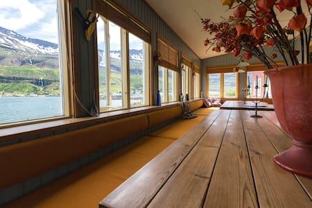 Twin Room -Hafaldan Harbour hostel - Seydisfjordur - Adosado