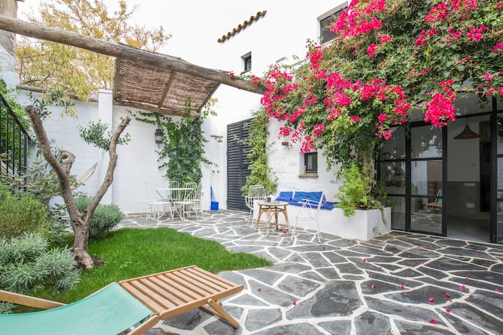 Renovated old house in Cadaques - Cadaqués - House