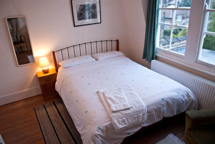 Double room in quiet leafy road - Londres - Bed & Breakfast
