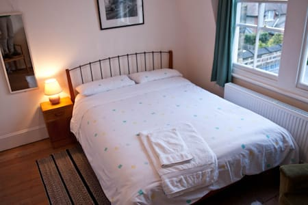 Double room in quiet leafy road - Londra