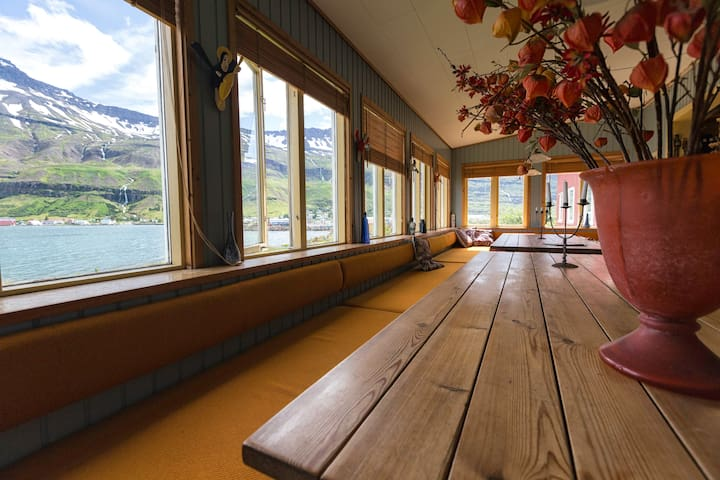 Double room-Hafaldan Harbour hostel - Seydisfjordur