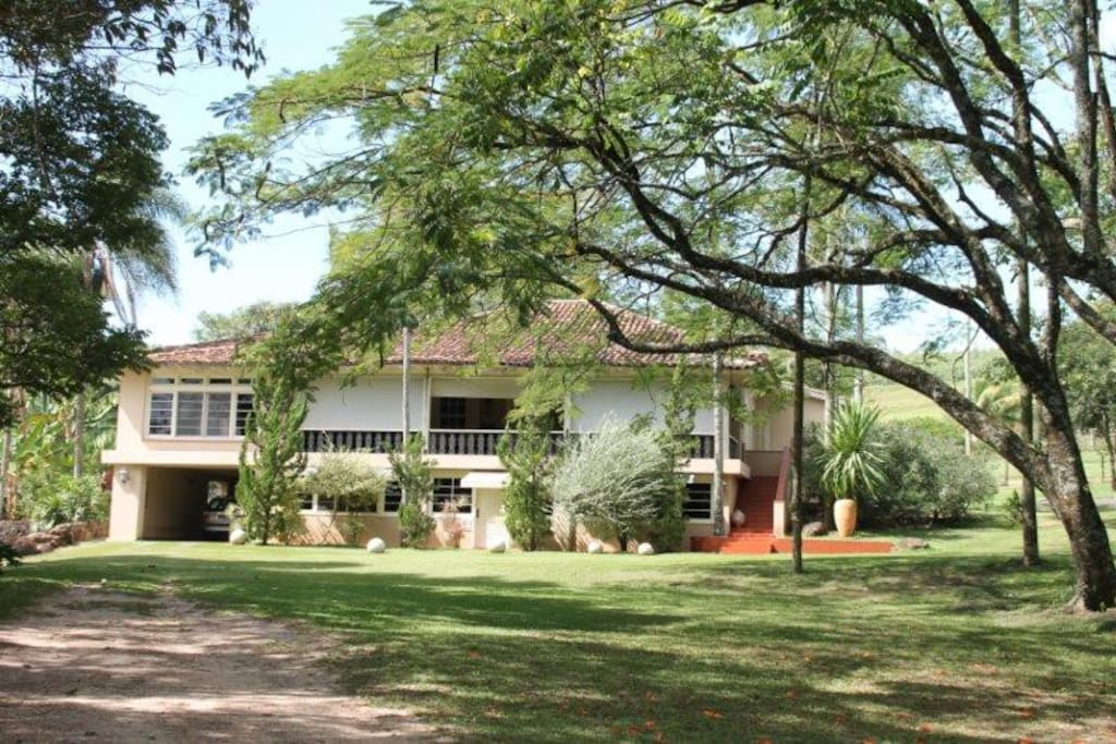 Casa Principal com capacidade para 17 pessoas (5 suítes com ar condicionado e internet), sendo a maior suíte criada especialmente para os netos com 70m2 (4 beliches).