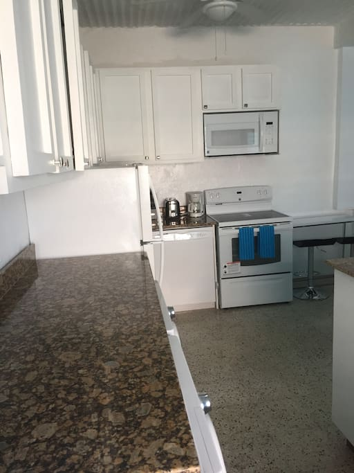 Full size kitchen with all appliances/washer/dryer/granite counter tops