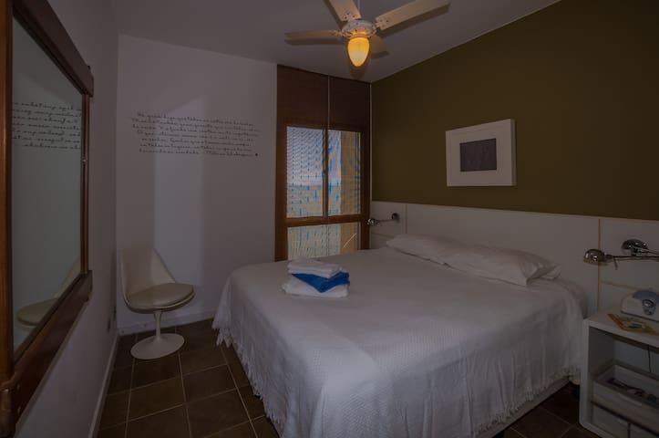 suite do casal, cama queen, colchão de molas. ventilador teto com banheiro completo aquec água central. vista ao mar