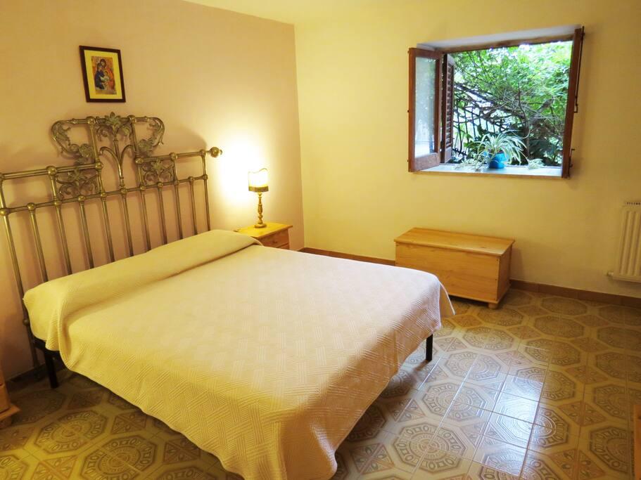 Camera da letto (letto matrimoniale + letto singolo).
