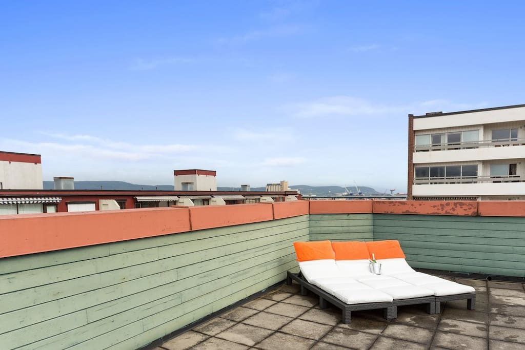 huge roof top sun deck with furniture