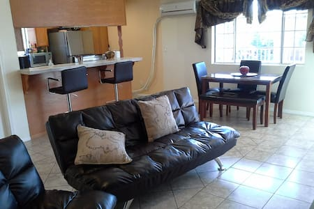 Spacious 2 bedrm apartment with Private Parking - Los Angeles - Apartmen