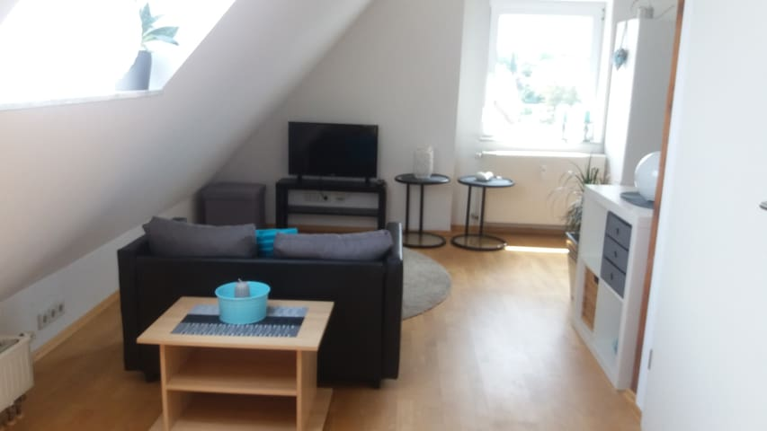 Wohnbereich mit SMART TV und ausklappbarer Couch