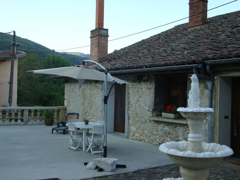 Façade ouest avec la terrasse où il est possible de manger