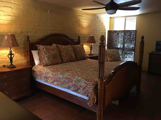Large Master Bedroom with Kingsize Bed.