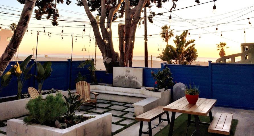 No stress 2x King bed condo steps to Venice Beach