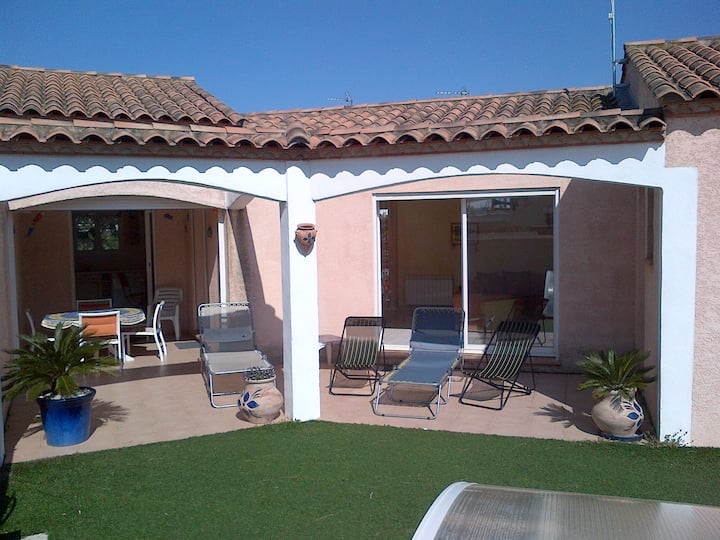 villa 8 p  piscine privée et garage.