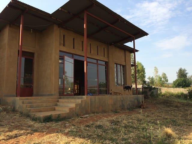 Cozy Bedroom Rwinkwavu Eco-House - Rwinkwavu, Kayonza District - Casa