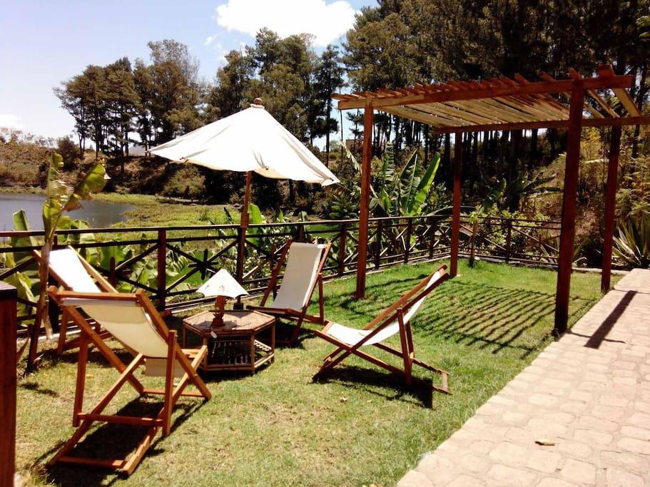 Jardin avec pergola et transats. Barbecue sur place. Et la vue sur le lac