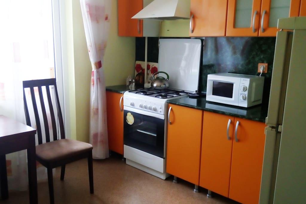 Новая кухонная мебель, микроволновка, газовая плита, духовка, холодильник