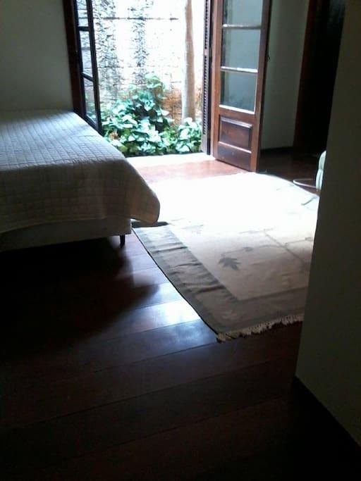 quarto com cama , mesinha, armario embutido