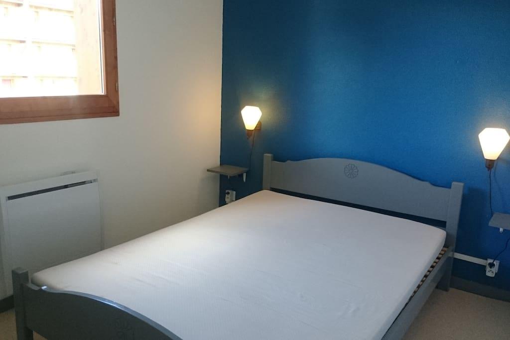 Chambre lit double (140x190) avec placard intégré.