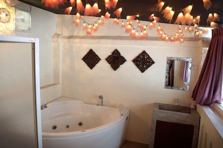 Cosy Romantic Room+Balcony Jacuzzi - George Town