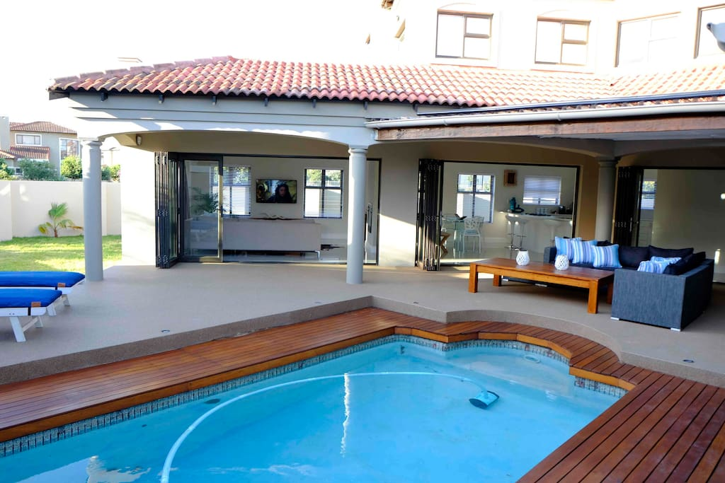 Santa f beach house villas for rent in cape town for Western pool show 2015
