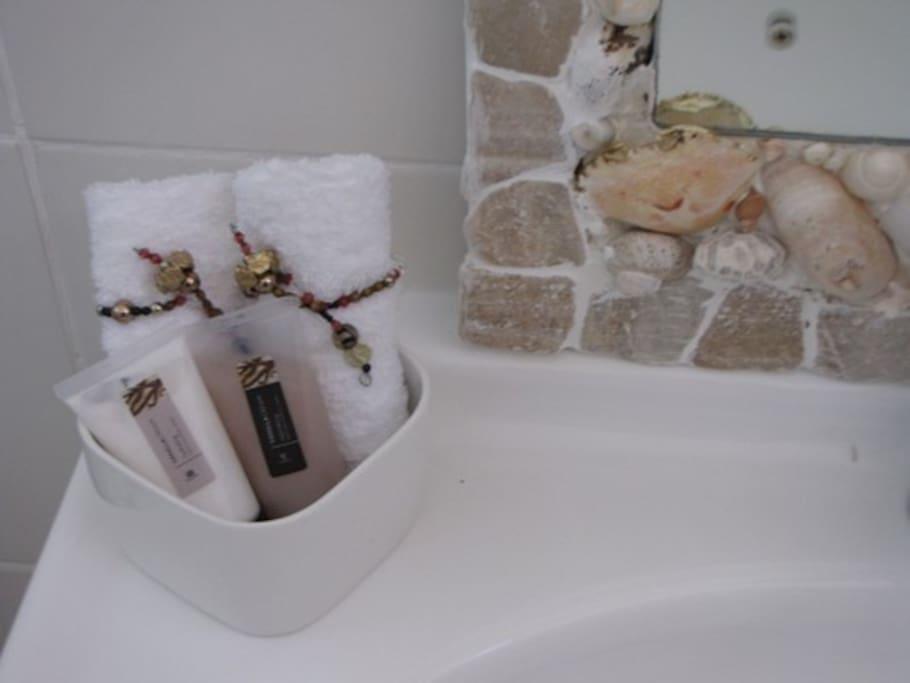 shower, basin, WC, sjampoo, towels