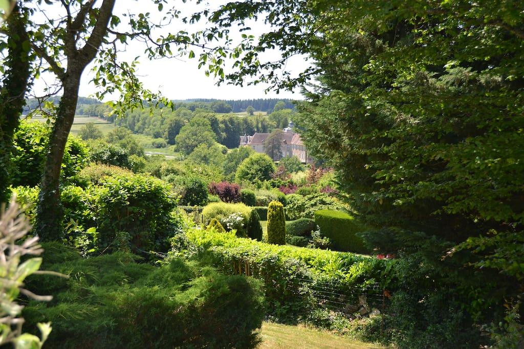 Vue du jardin…sur le château de Vésigneux