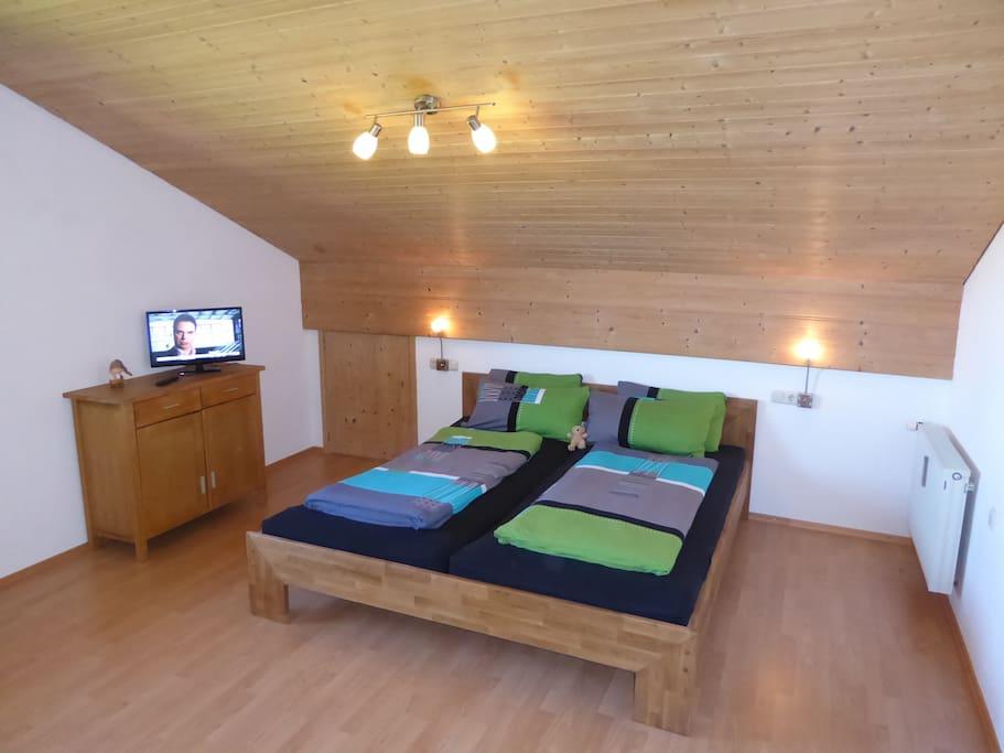 Wohn/Schlafzimmer mit Doppelbett und hochwertigen Matratzen;  Living/Bedroom with doublebed and mattresses in high quality;  dormitorio con cama y colchones en cualidad buena
