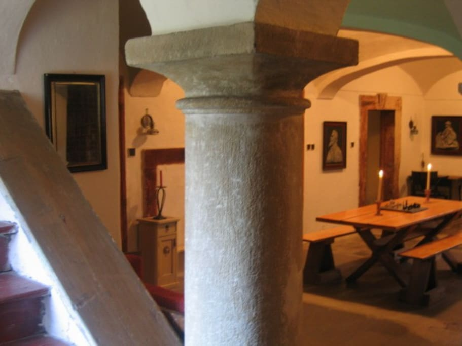 Blik op de centrale hal met twee vrijstaande pilaren.