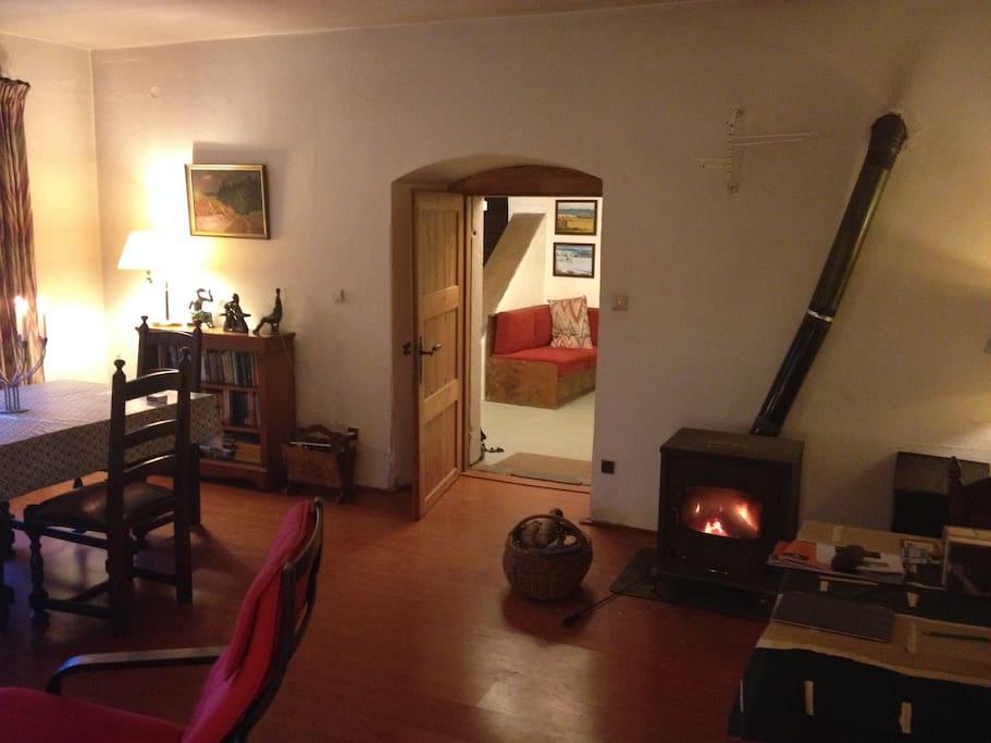 De woonkamer, verwarmd door een gezellige houtkachel