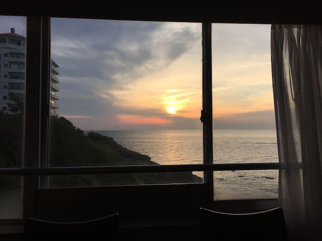 オーシャンフロントの角部屋、ダイニングから見る夕日が最高 - Shirahama - Apartament