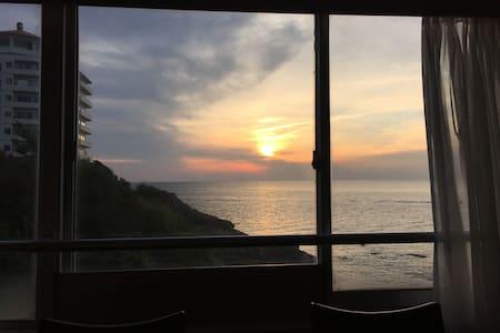 オーシャンフロントの角部屋、ダイニングから見る夕日が最高 - Shirahama