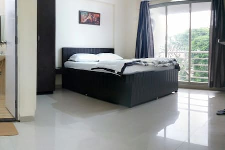 Spacious 2 bhk in Andheri East, Mahakali Caves Road, very close proximity to International Airport (15 Min. drive), Domestic Airport (25 min.) MIDC, Seepz, JB Nagar, Chakala, Andheri Kurla Road. Your stay includes Breakfast, and free Wi-Fi.