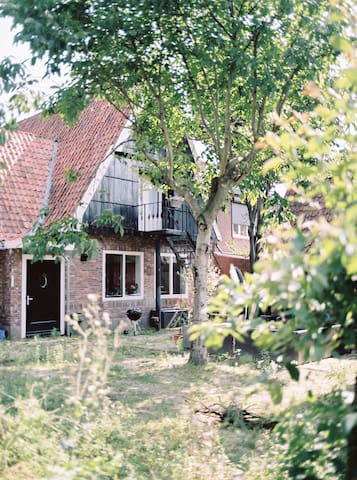 Spacious room in charming city farm - Almelo - Casa