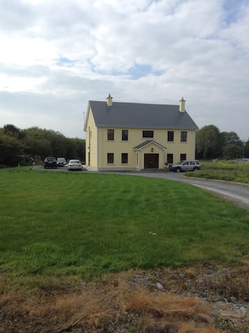 Beautiful Secluded  2 Storey - Peterswell - Dom