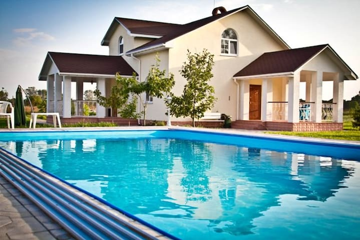 Villa with a pool, Kiev, 4 sleeps - Soloviivka - Vila