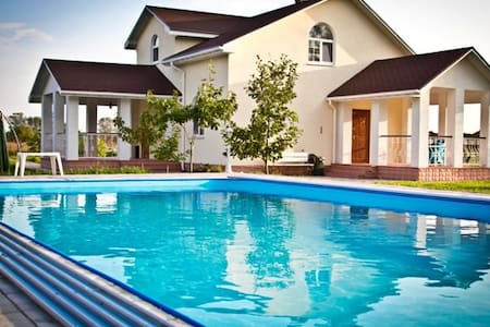 Villa with a pool, Kiev, 4 sleeps - Soloviivka - วิลล่า