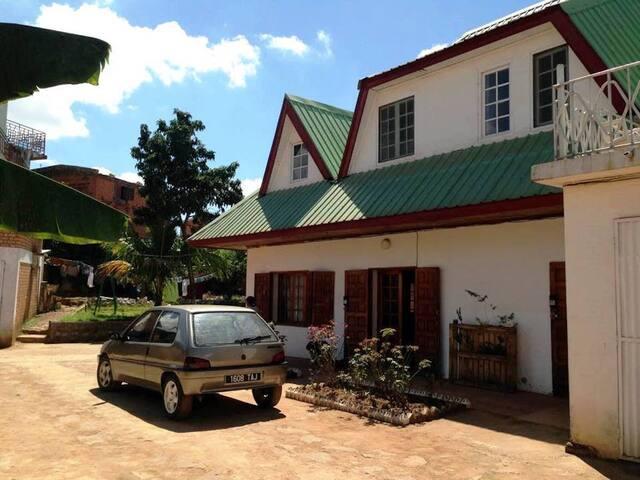 Grande cour-parking, grand jardin et deux garages