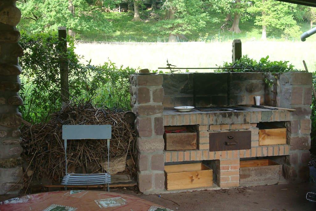 Barbecue en pierres grande capacité