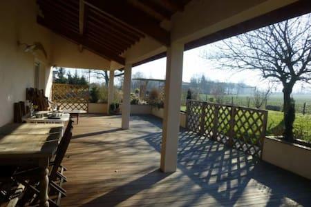 Vaste chambre dans villa spacieuse - Neuville-les-Dames - Villa