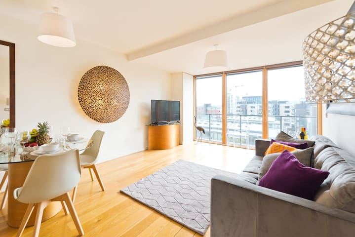 Romantic Upscale Designer 1 BR Grand Canal Docks