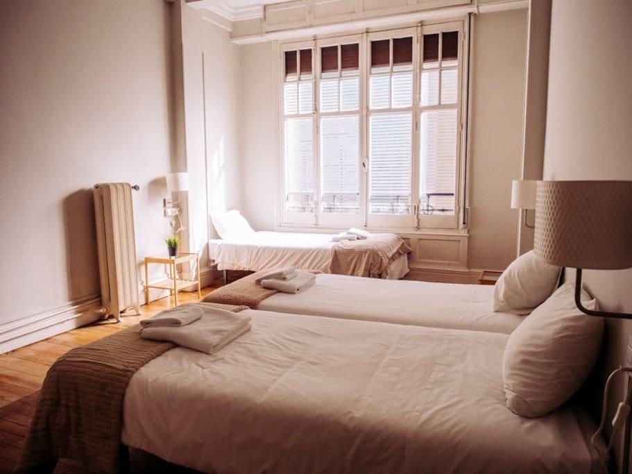 Habitación triple de tres camas individuales. Wifi gratuito, limpieza diaria, amenities de baño, toallas individuales de baño y mano, calefacción, cerradura eléctrica de entrada al Hostel para una completa independencia, desayuno incluido en el precio.