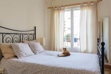 Cozy double bedroom with balcony - Barcelone