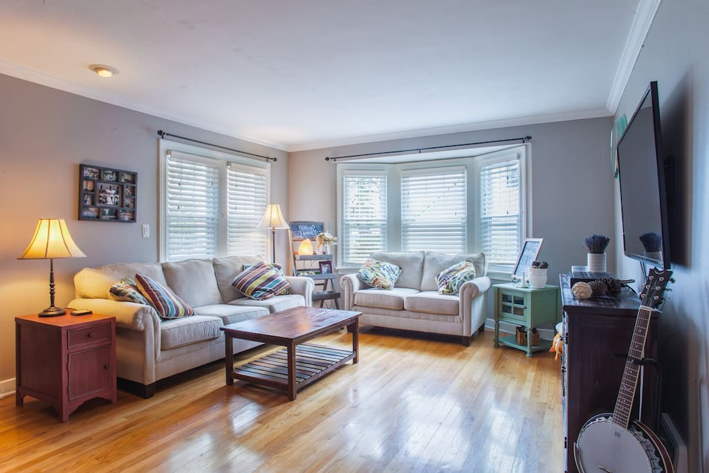 """Spacious living room with 60"""" smart TV - access to Netfix."""