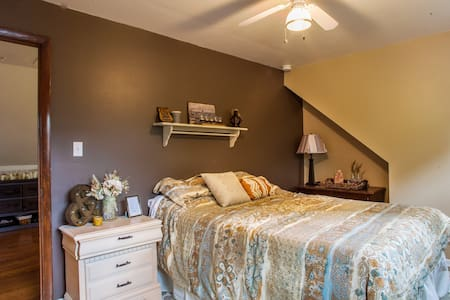Sunny Bedroom in Chicago Suburbs - Downers Grove - บ้าน