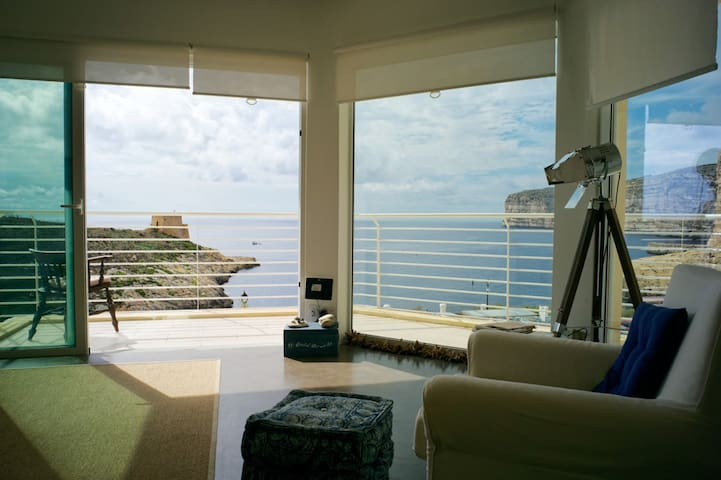Corner seaview apartment with terrace - Xlendi - Byt