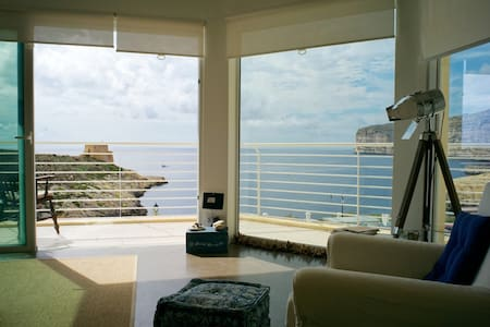 Corner seaview apartment with terrace - Xlendi