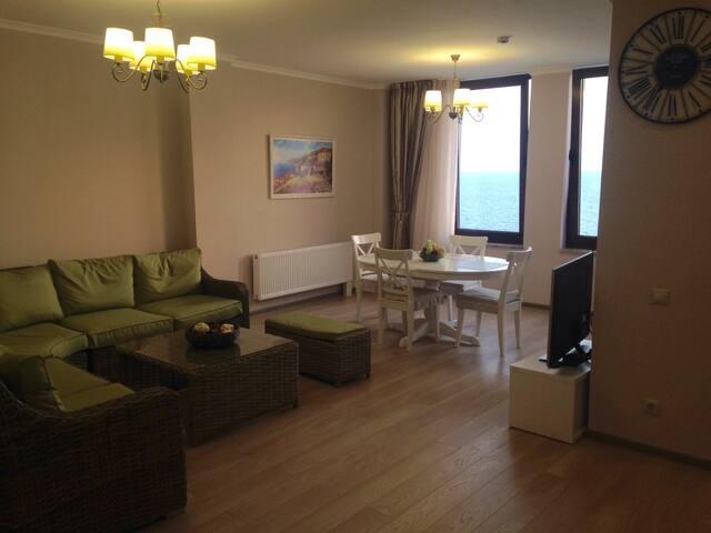 Гостиная, все комнаты с выходом на лоджию и видом на море!