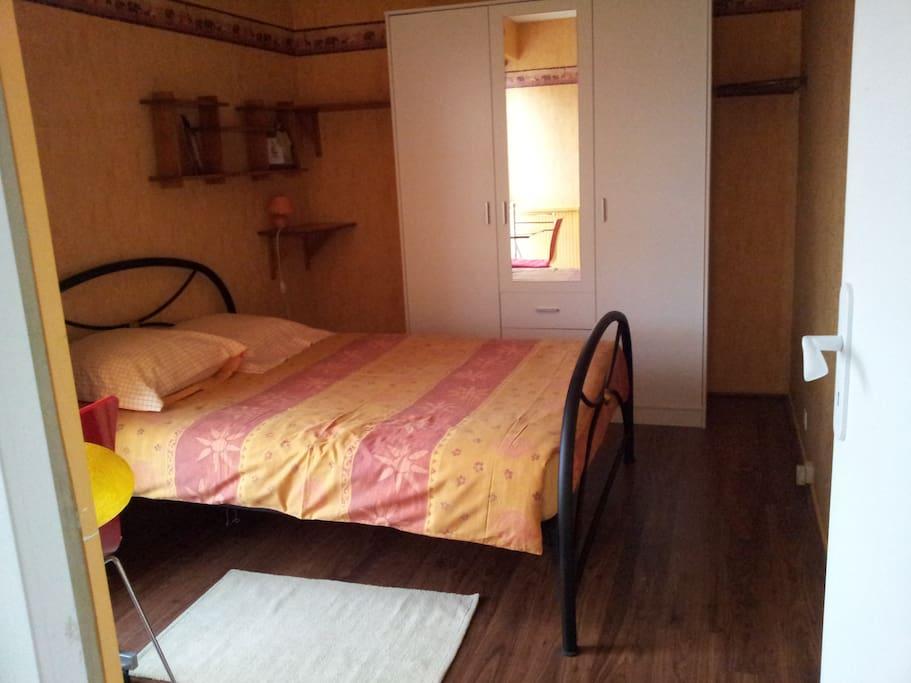 La chambre jaune est doté  de l'espace et d'un lit confortable en 140x190